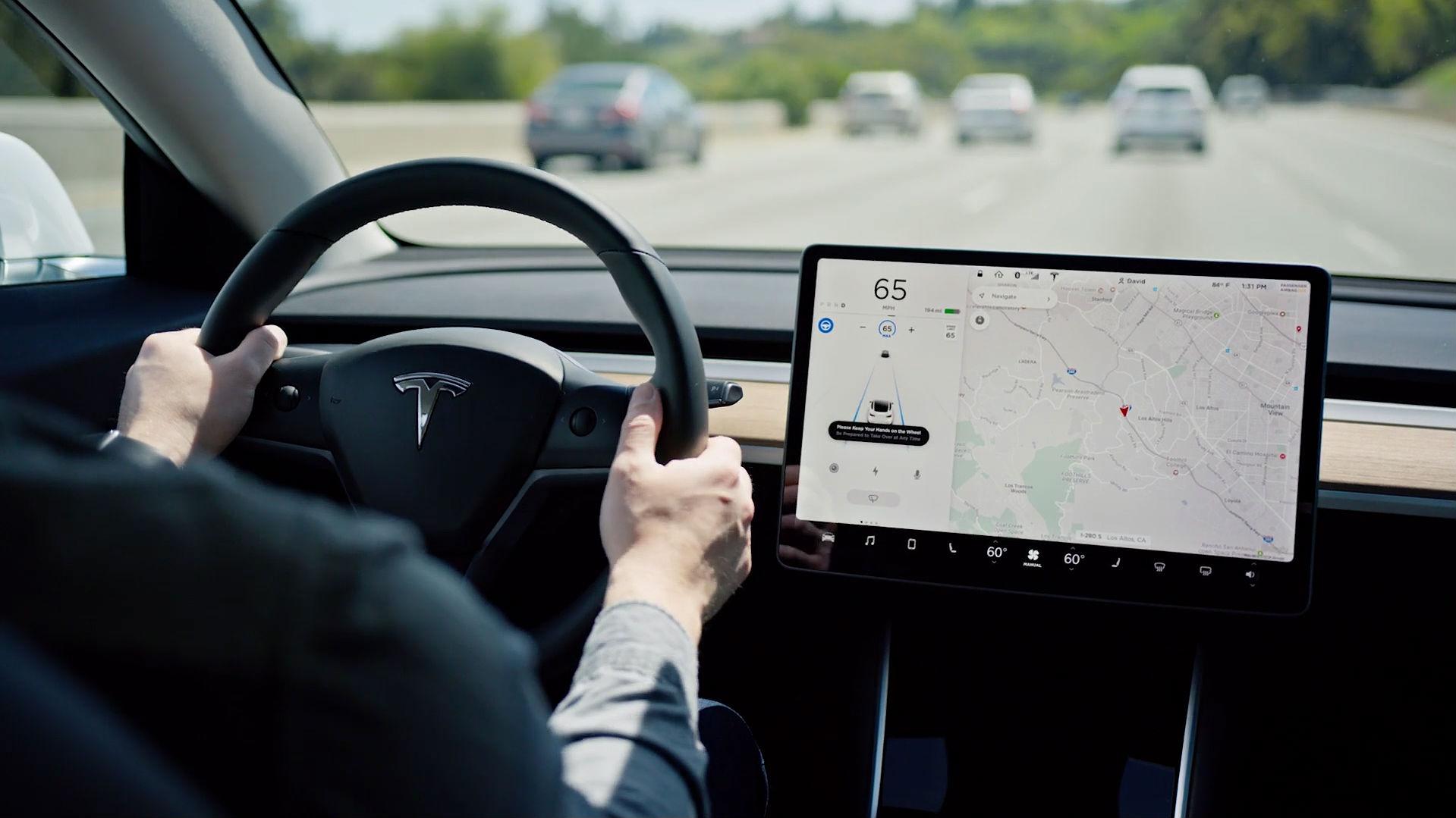 Cómo funciona exactamente la nueva función que permite a los Tesla cambiar de carril de manera autónoma