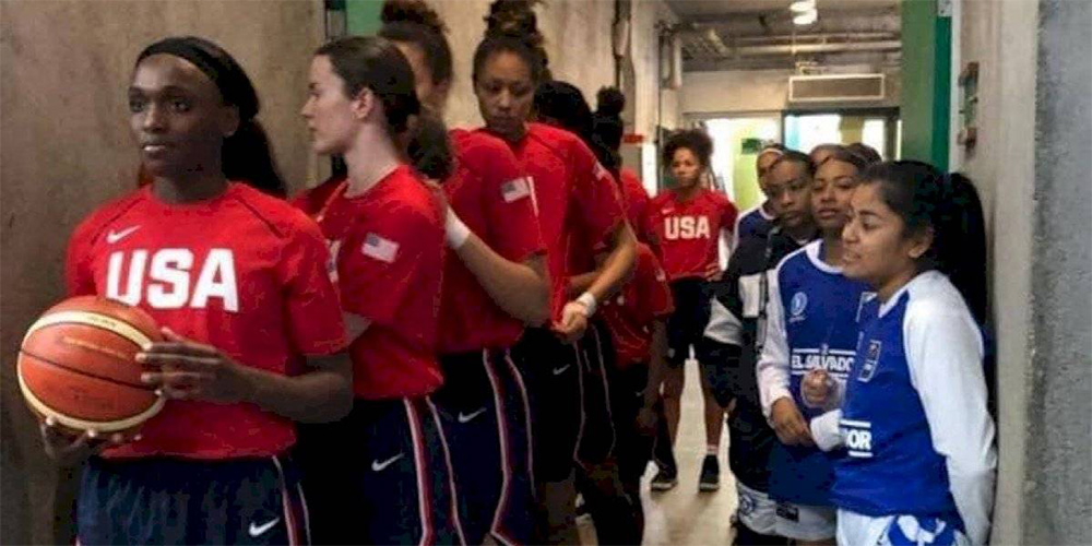 La foto viral de las contrastantes estaturas entre basquetbolistas de EU y El Salvador