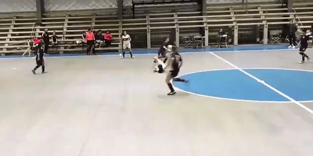 Un 'fantasma' irrumpe en un partido de fútbol sala femenino y las jugadores no pueden arrebatarle el balón