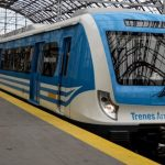 """Siempre es buen momento: Sujeto se hace viral luego de practicar un """"exorcismo"""" a una pasajera de tren en Argentina #Videos"""